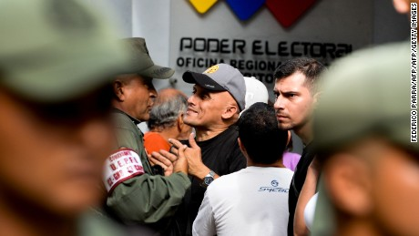 A Venezuelan (C) argues with members of the national police during a spontaneous demonstration after the closure of centres to authenticate their signatures for a recall referendum against Venezuelan President Nicolas Maduro, in front of the National Electoral Council (CNE) in Caracas, on June 24, 2016.  Soaring crime, runaway inflation and a sharply contracting economy, worsened by falling oil prices, have fueled a drive for a recall referendum to remove Maduro, as a way out of the crisis. / AFP / FEDERICO PARRA        (Photo credit should read FEDERICO PARRA/AFP/Getty Images)