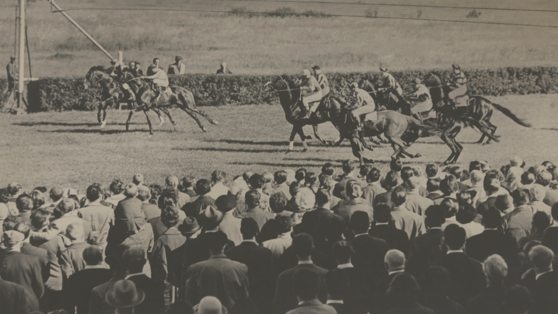 Crowds gather to watch a race in Hoppegarten's glory days.