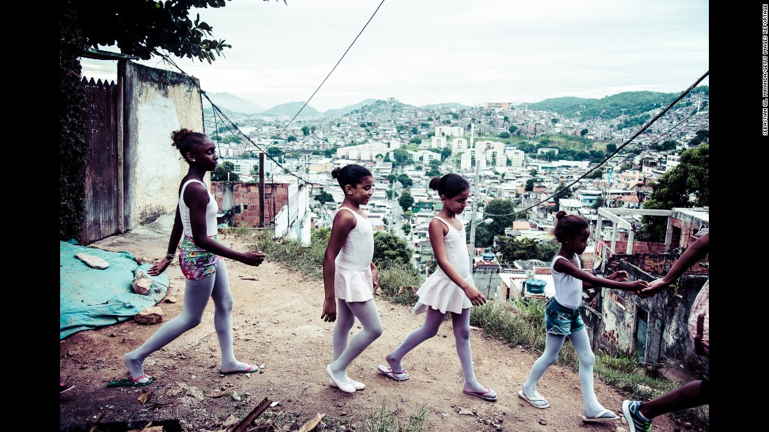 Ballet students in Rio de Janeiro return to their homes in the Complexo de Alemão favela. Sebastian Gil Miranda has been photographing their classes since 2014.