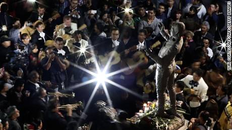"People and traditional Mexican mariachis perform around the statue of Mexican singer and composer ""Juan Gabriel"" at the Plaza Garibaldi on August 28, 2016 in Mexico City.  Mexican singer and composer Alberto Aguilera, known as ""Juan Gabriel"" died on August 28, 2016 in Los Angeles, California, USA. / AFP / YURI CORTEZ        (Photo credit should read YURI CORTEZ/AFP/Getty Images)"
