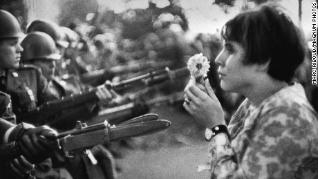 USA. Washington DC. 1967. An American young girl, Jan Rose KASMIR, confronts the American National Guard outside the Pentagon during the 1967 anti-Vietnam march. This march helped to turn public opinion against the US war in Vietnam.