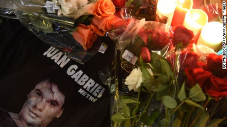 Flowers and other memoriablia are seen in the early morning hours on August 29, 2016 at the Hollywood Walk of Fame star of legendary Mexican singer and producer Juan Gabriel who died at the age of 66 after a heart attack on Sunday in Santa Monica, California. Legendary Mexican singer and producer Juan Gabriel died after a heart attack in Santa Monica, the Televisa network reported in his home country. He was 66. / AFP / Robyn BECK        (Photo credit should read ROBYN BECK/AFP/Getty Images)