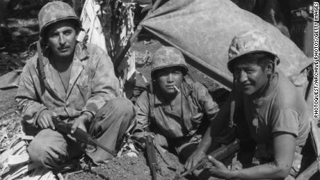 Cap. Oscar Ithma, Pfc. Jack Nez et Pfc Carl Gorman, de gauche à droite, Navajos avec les Marines pendant la Seconde Guerre mondiale.