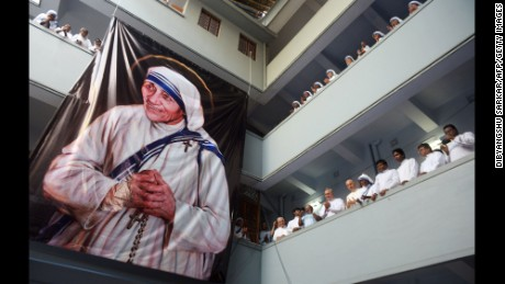 TOPSHOT - Roman Catholic nuns of the Missionaries of Charity order look on after a service to commemorate the 19th death anniversary of Mother Teresa at the Missionaries of Charity house in Kolkata on September 5, 2016 / AFP / Dibyangshu SARKAR        (Photo credit should read DIBYANGSHU SARKAR/AFP/Getty Images)