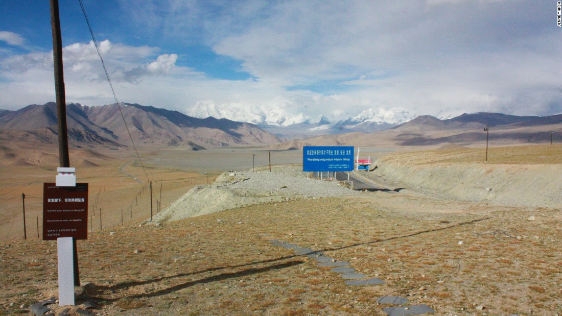A viewing point just before the Karakoram Highway reaches Tashgurkan.