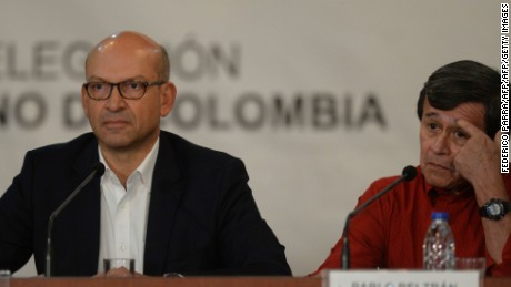The head of the delegation of the Colombian government Mauricio Rodriguez (L) and Colombia's left-wing guerrilla National Liberation Army (ELN) delegate Pablo Beltran attend a joint press conference at the Foreign Ministry in Caracas, on October 10, 2016.
