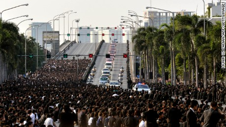 A motorcade carries the body of Thai King Bhumibol Adulyadej's to his palace in Bangkok on October 14, 2016.