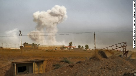 Smoke billows as Iraqi forces deploy on October 17, 2016 in the area of al-Shurah, some 45 kms south of Mosul, while advancing towards the city to retake it from the Islamic State (IS) group jihadists.