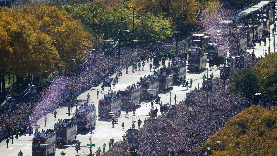 Fans line the parade route in Chicago on Friday, November 4.