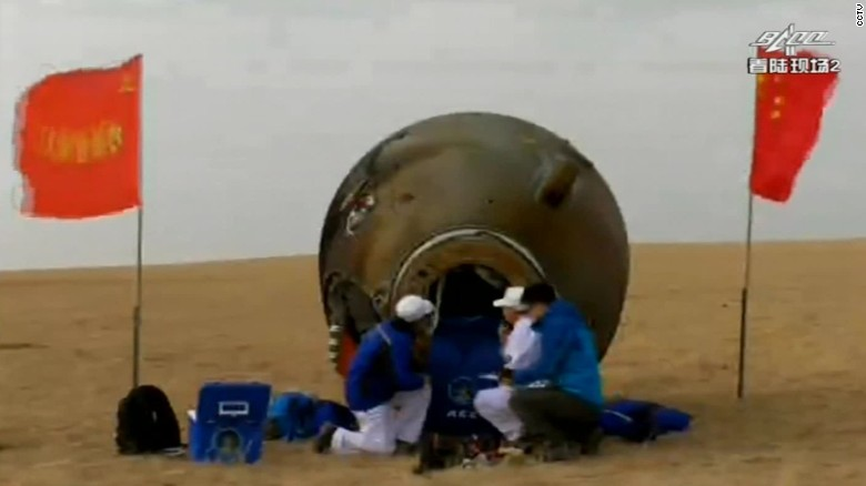 Shenzhou-11 astronauts return to Earth