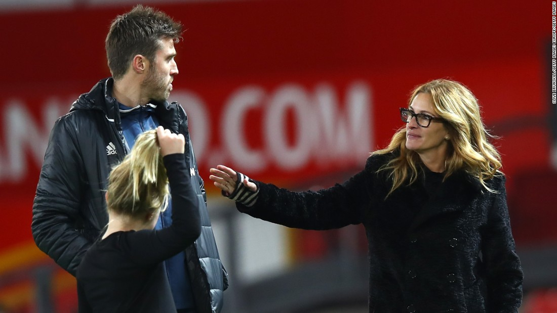 She enjoyed the company of injured Man United midfielder Michael Carrick.