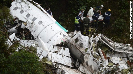 Rescue and forensic teams recover the bodies of victims of the LAMIA airlines charter that crashed in the mountains of Cerro Gordo, municipality of La Union, Colombia, on November 29, 2016 carrying members of the Brazilian football team Chapecoense Real. A charter plane carrying the Brazilian football team crashed in the mountains in Colombia late Monday, killing as many as 75 people, officials said.