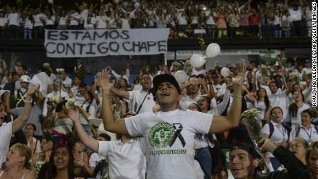 People participate in a tribute to the footballers of Brazilian team Chapecoense Real killed in a plane crash in the Colombian mountains, on November 30, 2016 in Medellin, Colombia. Colombia was investigating Wednesday what made a charter plane crash into the country's northwestern mountains, killing 71 people including most of a Brazilian football team and 20 journalists. / AFP / RAUL ARBOLEDA        (Photo credit should read RAUL ARBOLEDA/AFP/Getty Images)