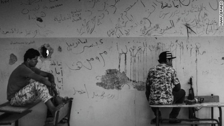 Young members of the Libyan forces affiliated to the Tripoli government chat while holding defensive position within a school in Sirte, Libya, September, 2016.(Manu Brabo/MeMo)