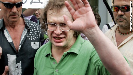 The founder of the MMM financial pyramid Sergei Mavrodi waves as he leaves the Matrosskaya Tishina prison in Moscow, 22 May 2007.