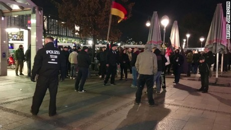 A few dozen people protested in Berlin on Wednesday against the acceptance of migrants and refugees.