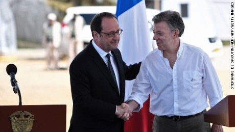 Colombian President Juan Manuel Santos (R) and French President Francois Hollande shake hands after delivering a joint press conference in Caldono, Valle del cauca department, Colombia on January 24, 2017, during a visit to a FARC rebel disarmament zone.  Hollande is on a Latin American tour to Chile and Colombia -- one of his last foreign trips before stepping down after April-May elections choose his successor / AFP / STEPHANE DE SAKUTIN        (Photo credit should read STEPHANE DE SAKUTIN/AFP/Getty Images)