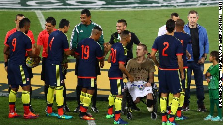 RIO DE JANEIRO, BRAZIL - JANUARY 25: Brazil's Chapecoense goalkeeper, Jackson Follmann (C), a survivor of the LaMia air crash in Colombia, receives a tribute from the Colombian team during a match between Brazil and Colombia as part of Friendly Match In Memory of Associacao Chapecoense de Futebol at Engenhao Stadium on January 25, 2017 in Rio de Janeiro, Brazil. (Photo by Buda Mendes/Getty Images)