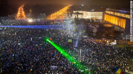 Romania protests continue over plans to revive corruption bill