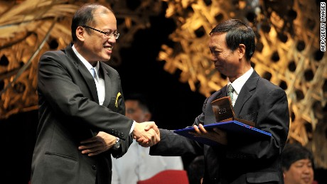 Huo Daishan (R) shakes hands with Philippine President Benigno Aquino on August 31, 2010, during a ceremony honoring him for his environmental work.