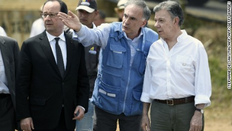 Special Representative of the Secretary-General for Colombia and Head of the UN Mission in Colombia Jean Arnault (C) speaks to Colombian President Juan Manuel Santos (R) and French President Francois Hollande during a visit to a FARC rebel disarmament zone in Caldono, Valle del cauca department, Colombia on January 24, 2017.  Hollande is on a Latin American tour to Chile and Colombia -- one of his last foreign trips before stepping down after April-May elections choose his successor / AFP / STEPHANE DE SAKUTIN        (Photo credit should read STEPHANE DE SAKUTIN/AFP/Getty Images)