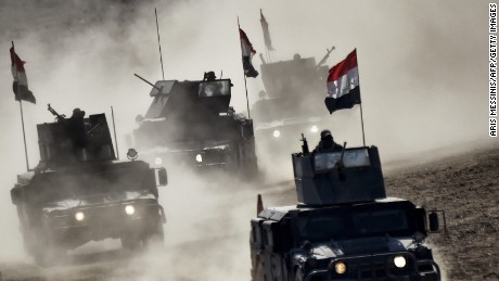 TOPSHOT - Iraqi troops advance towards Mosul's on February 24, 2017 during an ongoing offensive to retake the northern city from jihadists of the Islamic State group