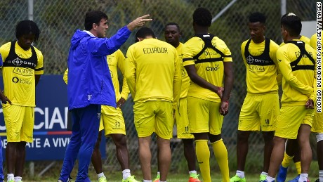 Ecuador's coach Gustavo Quinteros (in blue) speaks with his players during a training session in Quito on 26 March, 2017 ahead of their FIFA World Cup Russia 2018 qualifier against Colombia next March 28. / AFP PHOTO / RODRIGO BUENDIA        (Photo credit should read RODRIGO BUENDIA/AFP/Getty Images)