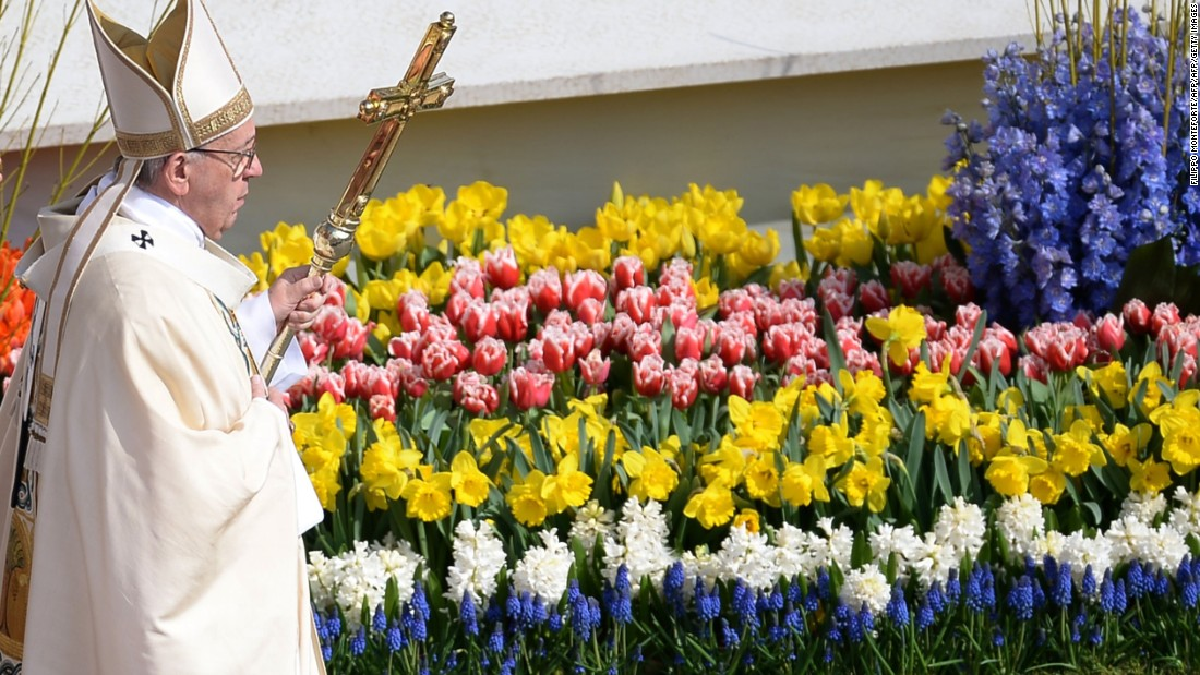 Pope Francis highlights arms trade in Easter sermon