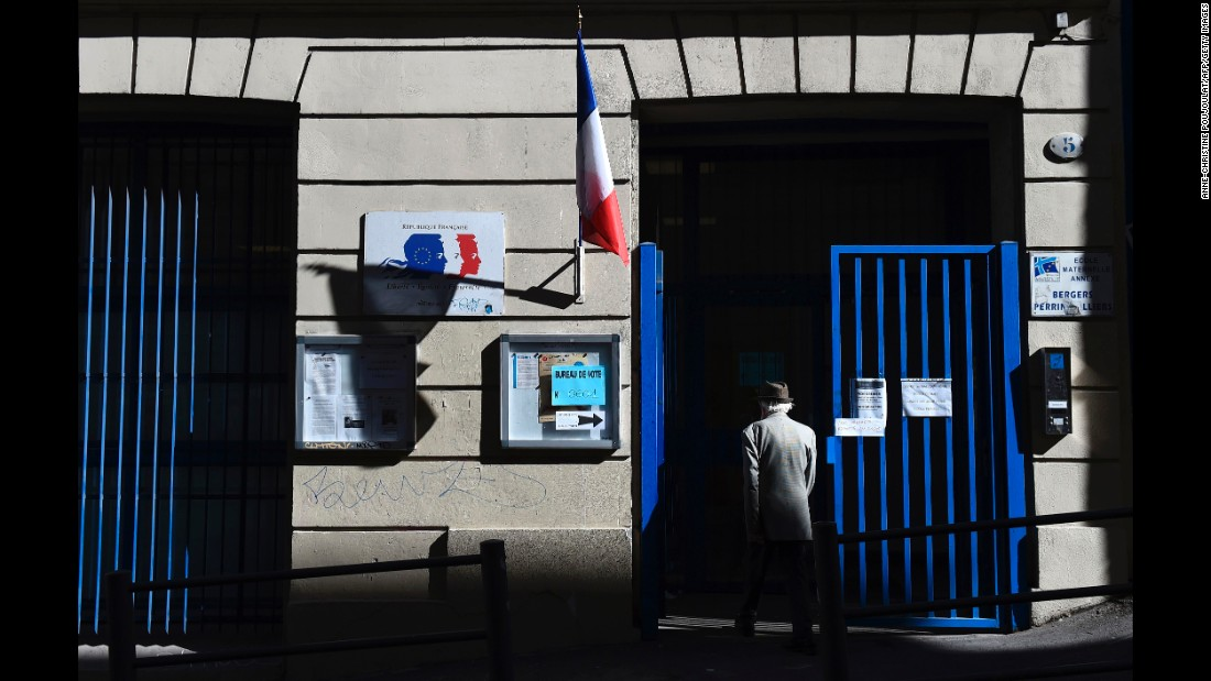 A voter arrives at a polling station in Marseille, France, on Sunday, Mayo 7.