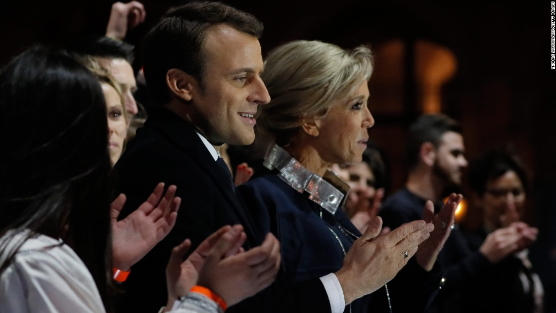 French President-elect Emmanuel Macron stands with his wife Brigitte Trogneux in front of the Pyramid at the Louvre Museum in Paris on Sunday, Mayo 7, 2017, after the second round of the French presidential election. Macron soundly defeated far-right candidate Marine Le Pen.