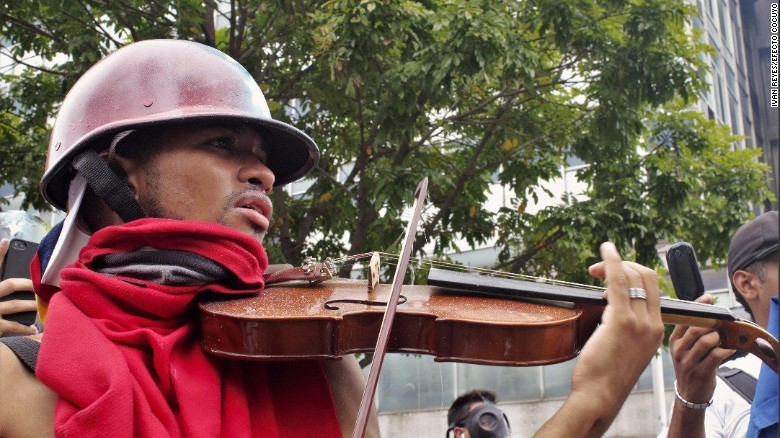 Man's musical protest in Venezuela