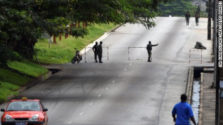 Mutinous soldiers block the street in front of the general staff in Abidjan, on May 15, 2017.