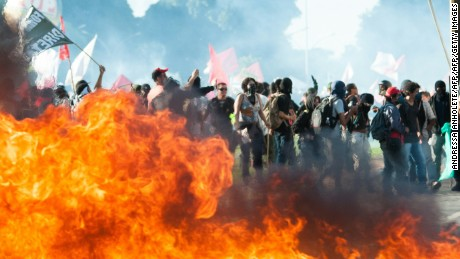 "Demonstrators clash with the police during the protest ""Occupy Brasilia"" against the labor and social security reforms of his government in Brasilia, on May 24, 2017. / AFP PHOTO / Andressa Anholete        (Photo credit should read ANDRESSA ANHOLETE/AFP/Getty Images)"