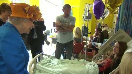 uk queen visits attack victims mcluaghlin pkg_00001805