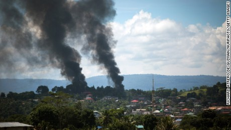 Residents fleeing Marawi saw around 100 bodies, Philippines official says