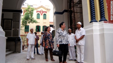 Aileen Jo Cohen (foreground) and Mitana Alexander talk to Muslim caretakers at one of Kolkata's three synagogues.