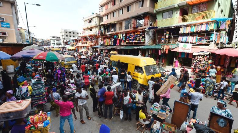 Chính phủ, ngân hàng và các cá nhân giàu có đóng góp hàng tỷ đô la để chống lại coronavirus ở Nigeria