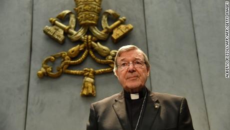 Pell gibt gegenüber der Pressestelle des Heiligen Stuhls, Vatikanstadt, 29 June 2017 eine Erklärung ab, nachdem er wegen historischer Verbrechen von Kindern angeklagt wurde.