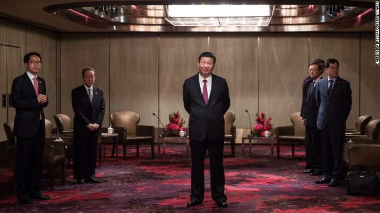 TOPSHOT - China's President Xi Jinping (C) waits to meet with Hong Kong's chief executive Leung Chun-ying at a hotel in Hong Kong on June 29, 2017.  Xi arrived in Hong Kong on June 29 to mark the 20th anniversary of the city's handover from British to Chinese rule and to inaugurate new chief executive Carrie Lam on July 1. / AFP PHOTO / POOL / DALE DE LA REY        (Photo credit should read DALE DE LA REY/AFP/Getty Images)