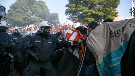 G20 protesters clash with police in Hamburg