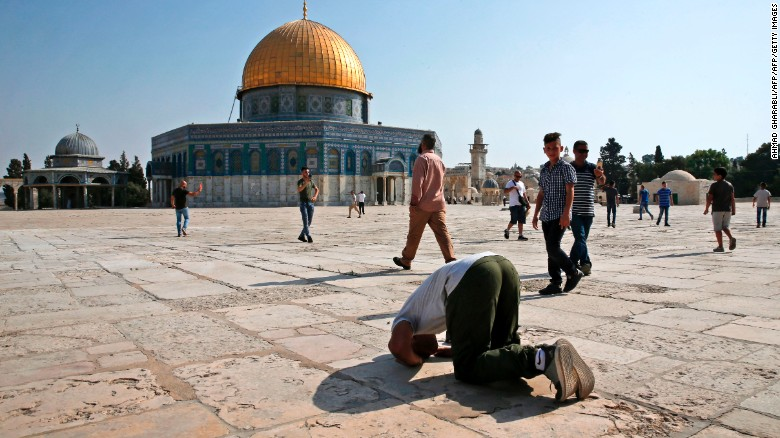 Christian prays alongside Muslims in Jerusalem
