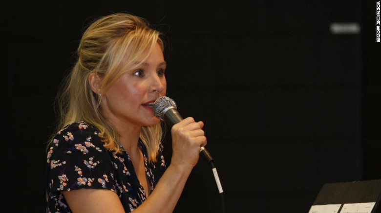 Kristen Bell sings 'Frozen' songs to evacuees