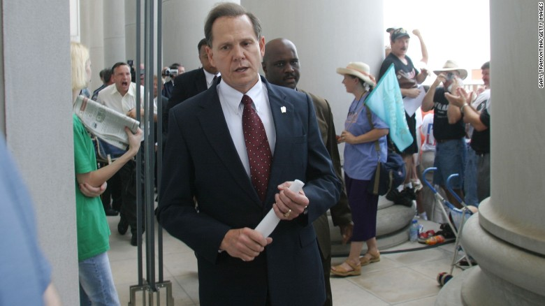 MONTGOMERY, AL ? AUGUST 21:  Alabama Supreme Court Chief Justice Roy Moore walks back into the state Judicial Building after addressing supporters August 21, 2003 in Montgomery, Alabama.