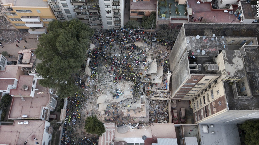 A search goes on at the scene of a collapsed building in Mexico City's Del Valle neighborhood on September 19.