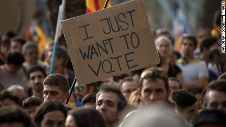 BARCELONA, SPAIN - SEPTEMBER 21:  A banner that it reads 'I just want to vote' is seen as people demonstrate in front of the Catalan High Court building on September 21, 2017 in Barcelona, Spain. Pro-Independence Associations called for a meeting in front of the Catalan High Court building demanding release of the 14 officials arrested yesterday during a Spanish Police operation in an attempt to stop the region's independence referendum, due to take place on October 1, which has been deemed illegal by the Spanish government in Madrid.  (Photo by David Ramos/Getty Images)
