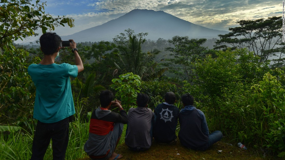 Bali volcano: Evacuees wait for signs of Mount Agung eruption