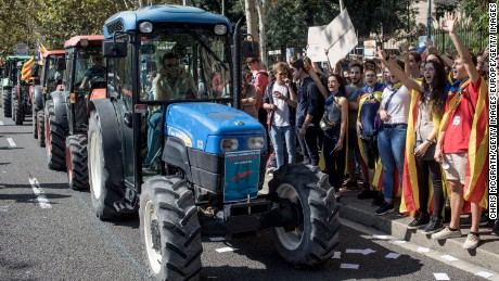 BARCELONA, SPAIN - SEPTEMBER 29:  Students cheer and shout slogans as they join a farmers union protest supporting the Yes vote outside the University of Barcelona on September 29, 2017 in Barcelona, Spain. The Catalan government is keeping with its plan to hold a referendum, due to take place on October 1, which has been deemed illegal by the Spanish government in Madrid.  (Photo by Chris McGrath/Getty Images)