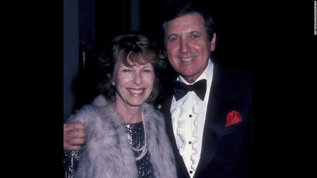 Monty Hall and Joanna Gleason attend George Burn's birthday party on January 11, 1986, at Chasen's Restaurant in Beverly Hills.