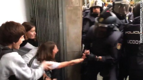 spain catalonia referendum vote riot police soares_00023209