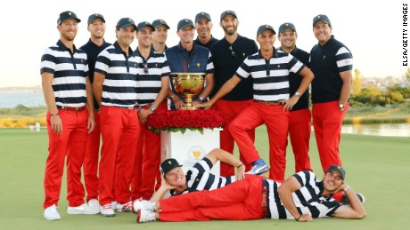 JERSEY CITY, NJ - OCTOBER 01:  The U.S. Team celebrates with the trophy after they defeated the International Team 19 to 11 in the Presidents Cup at Liberty National Golf Club on October 1, 2017 in Jersey City, New Jersey.  (Photo by Elsa/Getty Images)